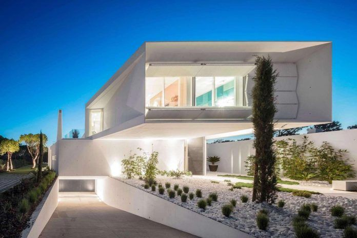 Modern home created by two overlapping and perpendicular volumes - CAANdesign