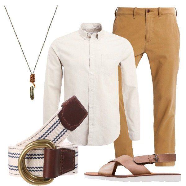 Pantalone in cotone con tasche posteriori e laterali abbinato a camicia beige in lino e cotone e a sandali in pelle con chiusura con fibbia. Includo cintura con fantasia a righe e collana in tessuto.