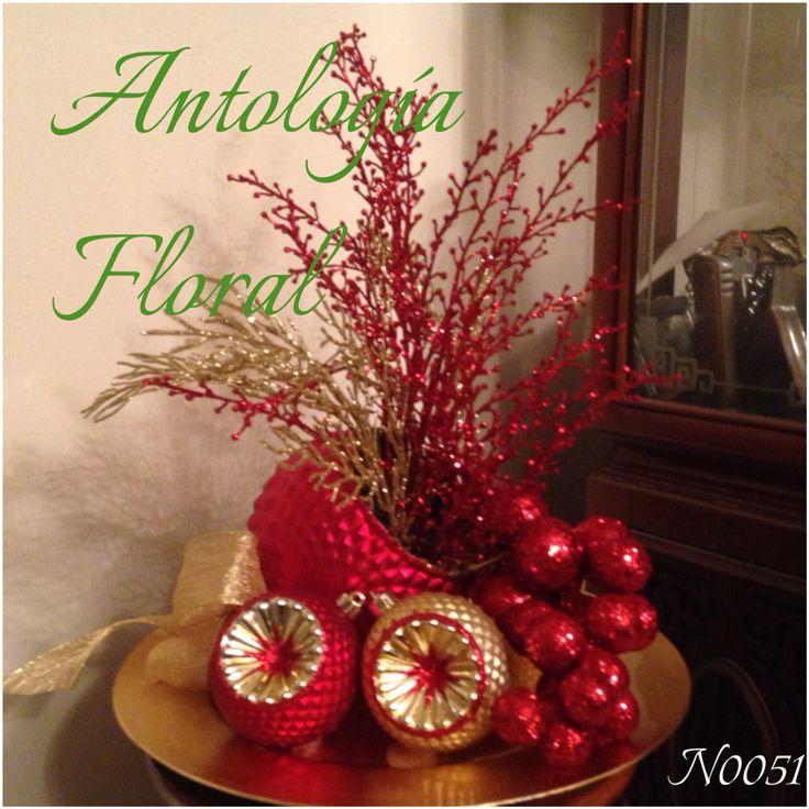 Centro de mesa navide o con base de esferas y racimo en - Arreglos navidenos para mesa ...