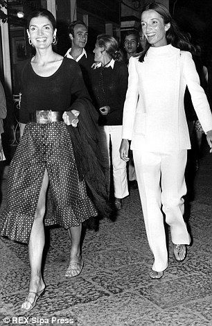 Jacqueline Kennedy Onassis and her sister Lee Radziwill | impossibly chic in 1972