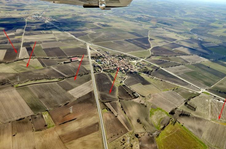 Vía romana de Virovesca (Briviesca) a Veleia (junto a Vitoria). Isaac Moreno Gallo..  Vista aérea de la vía romana en Cubo de Bureba. Al fondo, Santa María Ribarredonda.