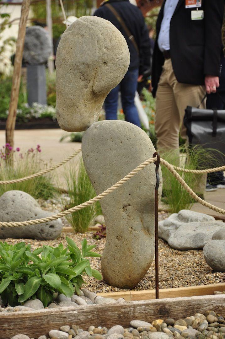 """Balans kamieni - niebywała sztuka. Targi Chelsea Flower Show są niebywałą okazją do podejrzenia trendów panujących w ogrodnictwie. Nagradzane ogrody najbardziej znanych specjalistów, cała gama roślin oraz elementów z pogranicza sztuki i designu - takie są londyńskie targi. Redakcja """"Mojego Pięknego Ogrodu"""", """"Przepisu na Ogród"""" oraz """"Kocham Ogród"""" szukała na wystawie inspiracji do kolejnych materiałów, efekty poszukiwań zobaczycie w galeriach na naszym profilu Pinterest."""