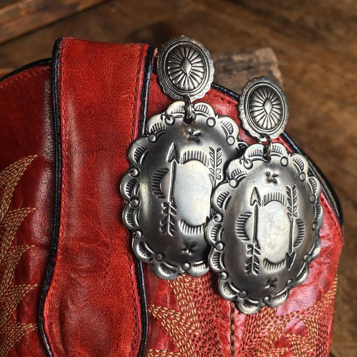 Southwest Concho Earrings get us every time! The {new} Burnet Earrings are definite staple for every cowgirls jewelry collection. #southwest #savannah7s #westernchic #style