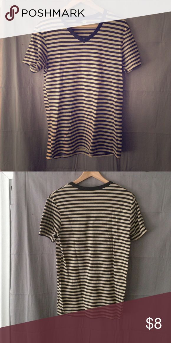Unisex/male slight vneck h&m BDG Medium owned prev Unisex/male slight vneck short sleeve striped neutral shirt h&m Urban outfitters BDG Medium owned previously so has some wear & 2 tiny holes BDG Shirts Tees - Short Sleeve