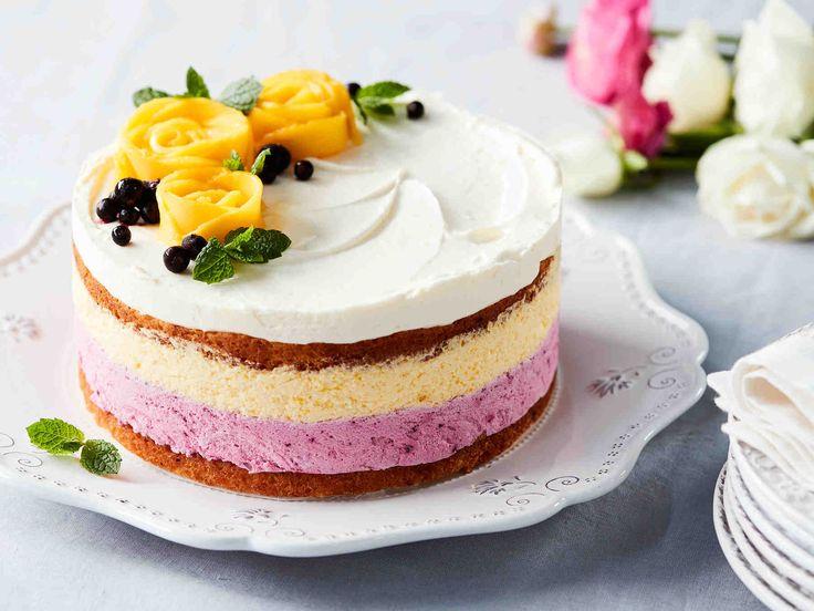 Kolmesta raikkaasta hedelmä- ja marjakerroksesta koostuva moussekakku hurmaa sankarin ja vieraat. Leivo kakkupohja päivää tai paria ennen, kokoa kakku...