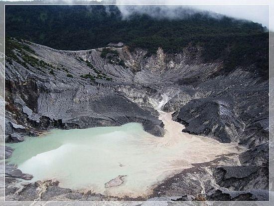 Gunung Tangkuban Perahu «-- Hanya pernah sekali lewat pas mau ke Ciater, tapi jd Guide buat temen2 pas kesini.. :-D