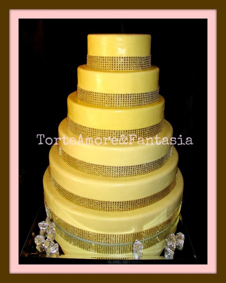 Swarovski Crystal Wedding Cake    Una torta di design con un solo gioco di particolari, un elemento di spicco che la rende esclusiva e la illumina con migliaia di cristalli Swarovski.