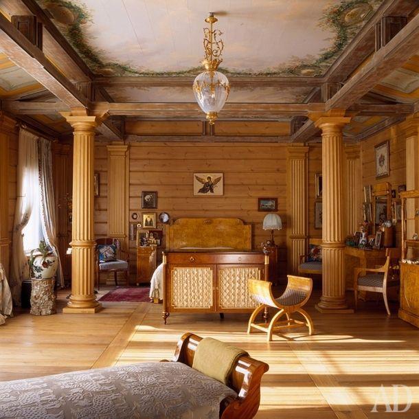 """Cпальня находится навтором этаже,точнонад гостиной,исовпадает с ней поразмеру.Декоративные колон-ны и искусственно состаренные балки архитекторы придумали как раз для того, чтобы """"собрать"""" и организовать пространство 60-метровой комнаты. Росписью потолков занимался художник-реставратор из Эрмитажа. Кровать и стоящий в изножье шкаф сделаны на заказ. Антикварная кушетка-рекамье перетянута тканью Bevilacqua…"""