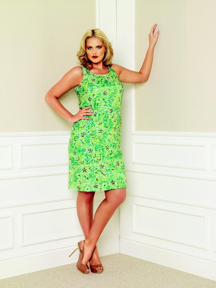 İlkbahar-Yaz abiye koleksiyonu  Muhtesem Gatsby (The Great Gatsby)  filminden etkilenmiş gibi.  20'lerin bütün şaşası ve zerafeti; pullu,  payetli, canlı renklerde, ince bir siluet  yaratan elbiselerde. Diz boyu payetli  elbiseler mor, yeşil, lacivert,  siyah ve gri tonlarında.  Uçuşan uzun elbiseler ise geometrik  desenlerde ve kontrast renklerde.  Romantik desenlerin ve renklerin  kullanıldığı uçuş uçuş ipek şifon elbiseler,  tunikler bu sezon da yaz akşamlarının  favorileri olacak.