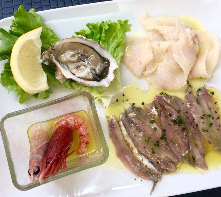 Aperitivo speciale con crudité.. ostriche, gamberi, voi bianco, pesce spada, acciughe