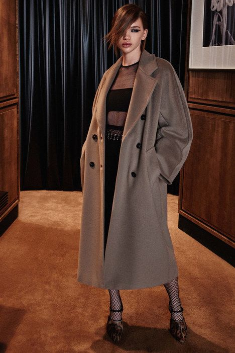 The complete Max Mara Pre-Fall 2016 fashion show now on Vogue Runway.