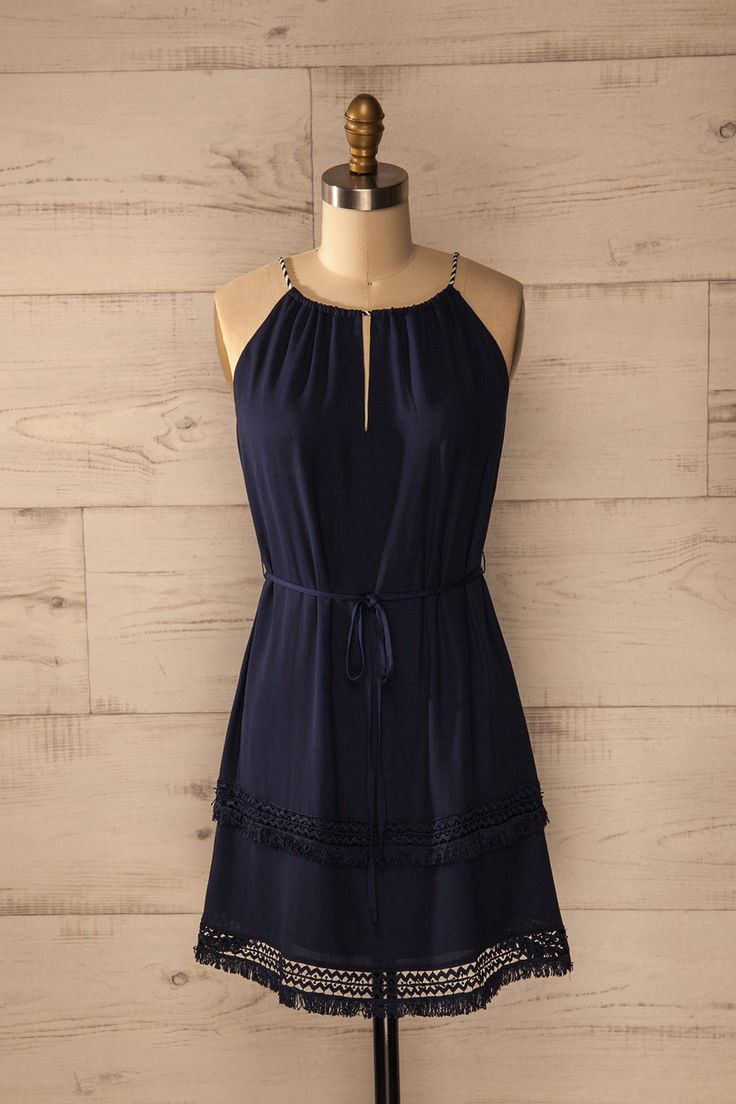 Allons faire de la voile, sentir la force du vent et se laisser porter par les vagues. Let's go sailing: feel the mighty winds blow and the blue waves swell. Navy blue keyhole halter dress https://1861.ca/collections/products/bivona
