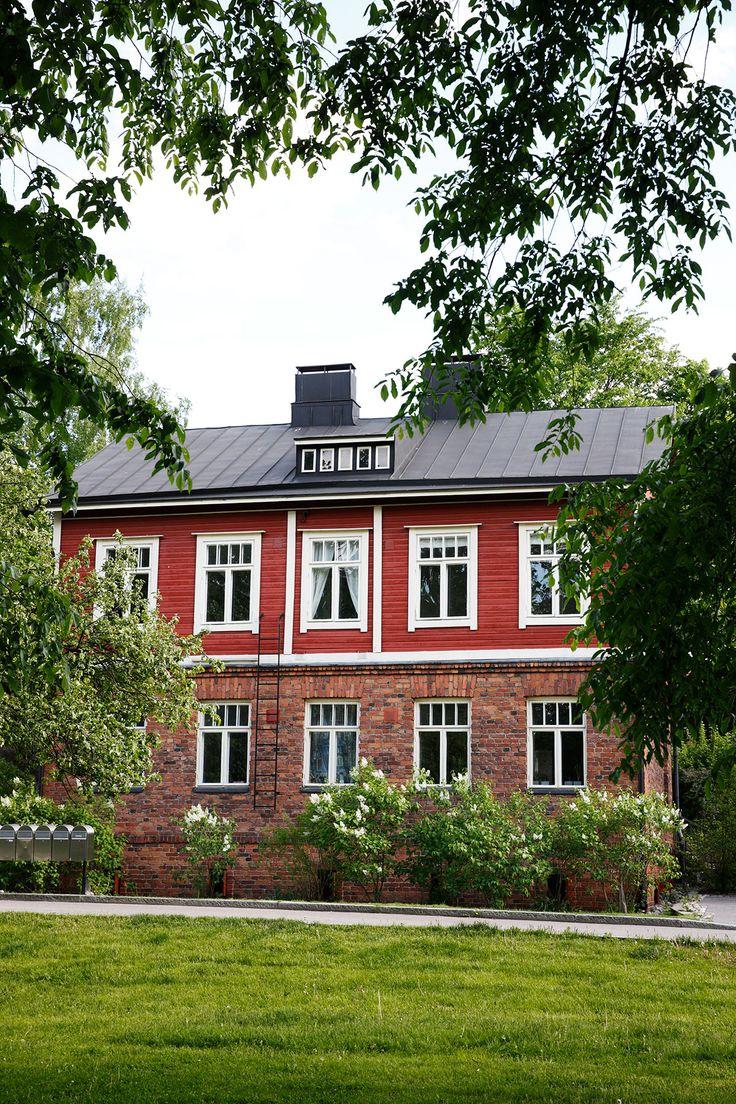 Talon alempi kerros on punatiilinen ja ylempi on verhottu punaiseksi maalatulla laudalla. Talon alkuperäisestä väristä ei ole varmaa tietoa. Remontin yhteydessä tiiliverhous pestiin ja jokunen tiili jouduttiin uusimaankin.