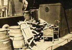 18-Apr-2015 21:47 - DEKSTOEL VAN TITANIC GEVEILD VOOR BIJNA 140.000 EURO. Een uitklapbare houten ligstoel die ooit op het eersteklasdek van het stoomschip de Titanic stond, is vandaag in Engeland voor ruim 100 duizend pond (bijna 140 duizend euro) geveild. De stoel leverde circa 20 procent meer op dan geschat.
