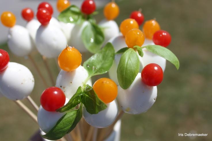 zomers hapje met mozzarella, basilicum en een tomaatje