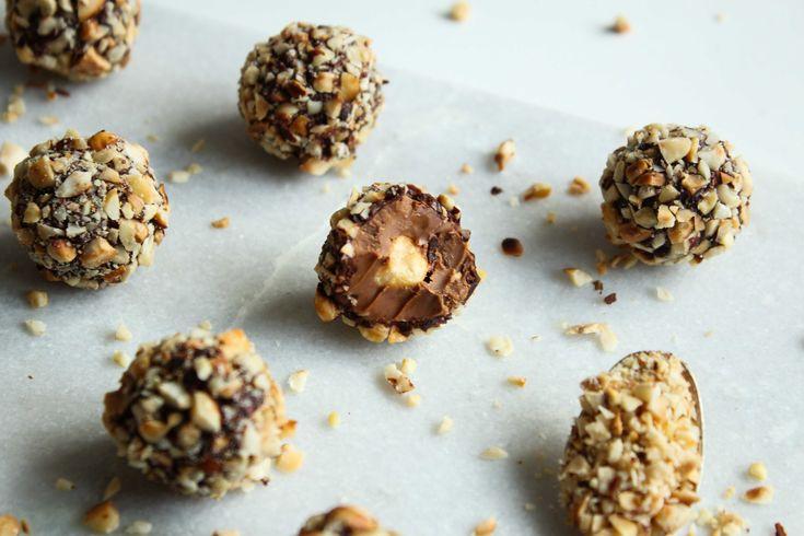 Disse Ferrero Rocher er lige så lækre, som de ser ud! Se, hvordan du laver dem på Woman.dk. Hver uge kan du se nye opskrifter fra Womans faste madbloggere.