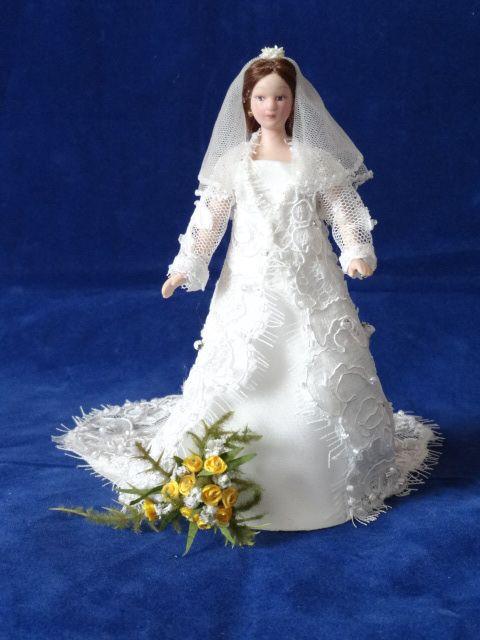Met bruidsboeket.
