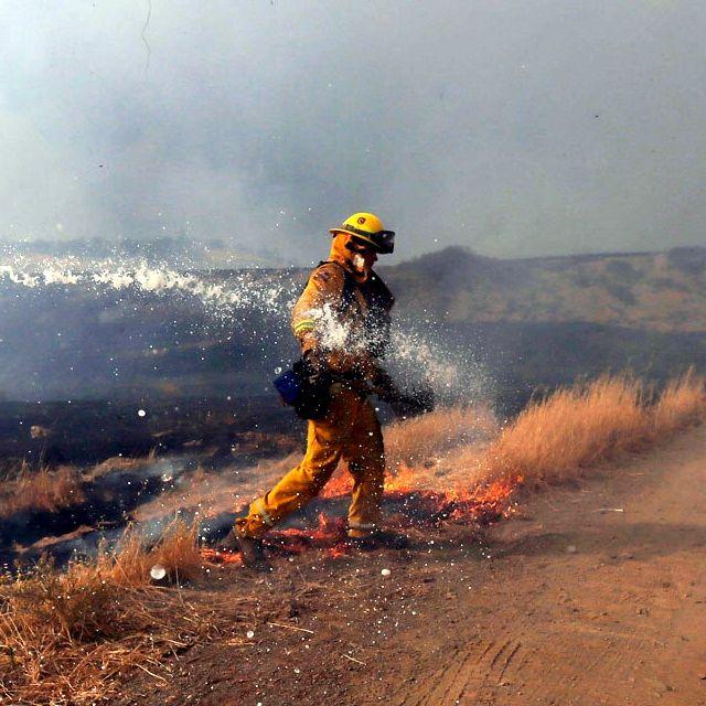 Un vigile del fuoco lavora durante un incendio nella zona di Lower Lake, in California. Le fiamme si sono estese su oltre seimila ettari