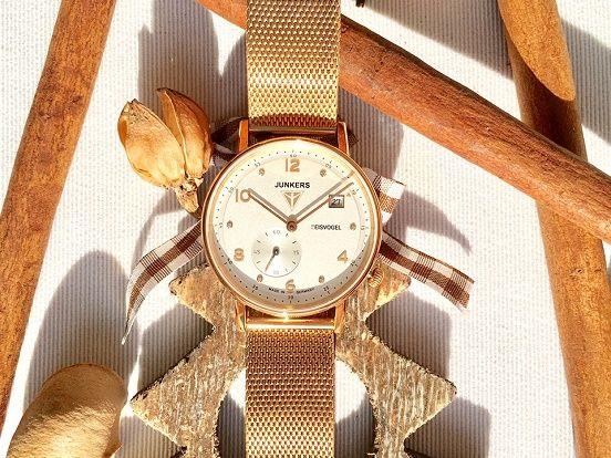 """Silberfarbenes Zifferblatt, hochwertiges Milanaise-Armband, zeitloses Design - die Junkers """"Eisvogel"""" Damenuhr ist eine echte Schönheit. Wäre diese Armbanduhr nicht ein tolles Weihnachtsgeschenk für Ihre Liebste? Eine große Auswahl eleganter Junkers Armbanduhren für Damen und Herren findet Ihr hier:  https://www.uhrcenter.de/uhren/junkers/ #Junkers #Uhr #watch #Armbanduhr #Damenuhr #Eisvogel #Milanaise #uhrcenter #xmas #Weihnachten #Geschenkidee #Fashion #Style #Accessoire #modern #elegant…"""