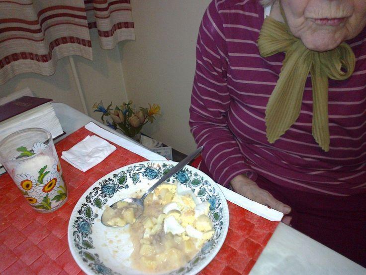 Kananmunia keitettynä, kiitos. Aamulla Anna-Liisa ihmetteli onko tämä kananmuna ja söi sen käsin. Lounaalla sitten perunoiden kera!