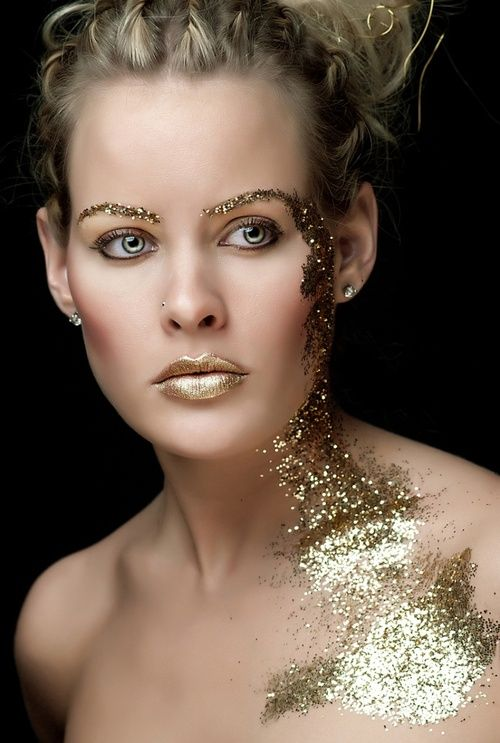 Gold-Effekte stehen jetzt hoch im Kurs. Alles was schimmert und glänzt, es scheint die Modedesigner sind sich da einig: Von gold-glitzerndem Lidschatten über Blattgold- Akzente im Haar und auf Augenbrauen bishin zu gold-schimmernden Wangenrouge. Ob der Look alltagstauglich sein wird, werden wir sehen –jedenfalls der Frühling und Sommer 2014, soll voll und ganz im Goldrausch sein. Get ready!