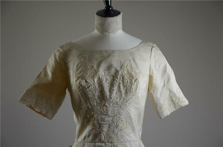 Fantastisk Vintage 50-tals brudklänning i cremefärgad satin på Tradera.