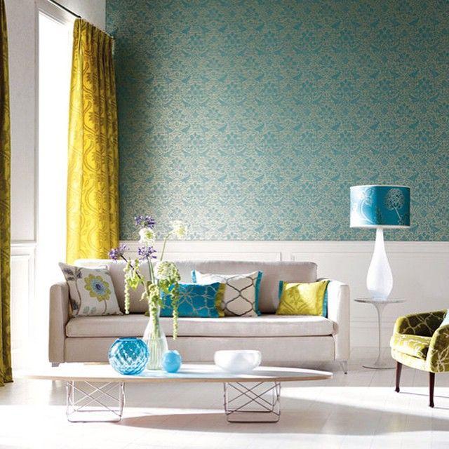 #яркий #интерьер #обои #желтый #шторы #бирюзовый #подушки #лампа #белыестены #белый #диван #дизайн #цветы #декор #кресло #стол #дизайнинтерьера