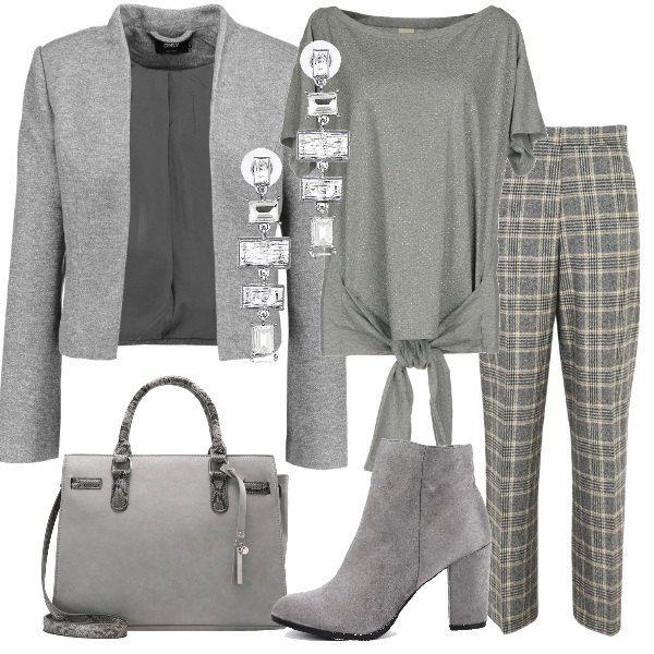 Un outfit nei toni del grigio composto da blazer 140de54fb247