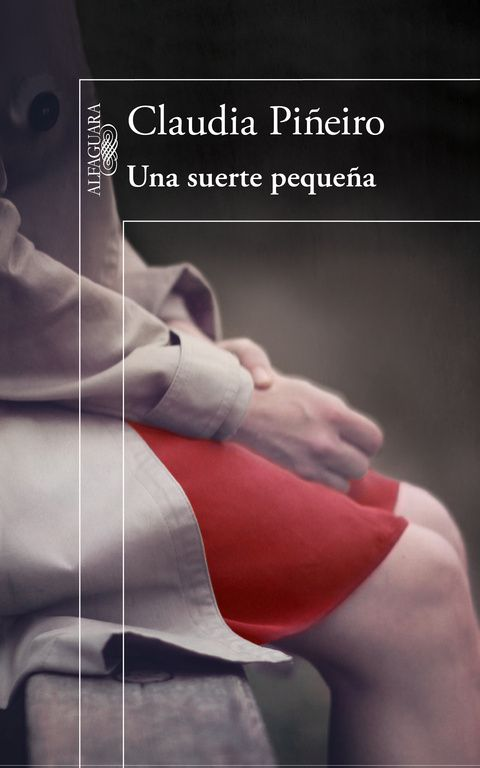 """""""Una suerte pequeña"""" Un poderoso thriller familiar por la autora de Las viudas de los jueves, elogiada por José Saramago y Rosa Montero y consagrada por la crítica extranjera, con más de medio millón de lectores.  Después de veinte años una mujer vuelve a Argentina, de donde partió escapando de una desgracia. Pero la que regresa es otra: no luce igual, su voz es diferente. Ni siquiera lleva el mismo nombre. ¿La reconocerán quienes la conocieron entonces? ¿La reconocerá él?"""