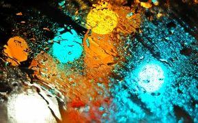 Капли воды на стекле, свет