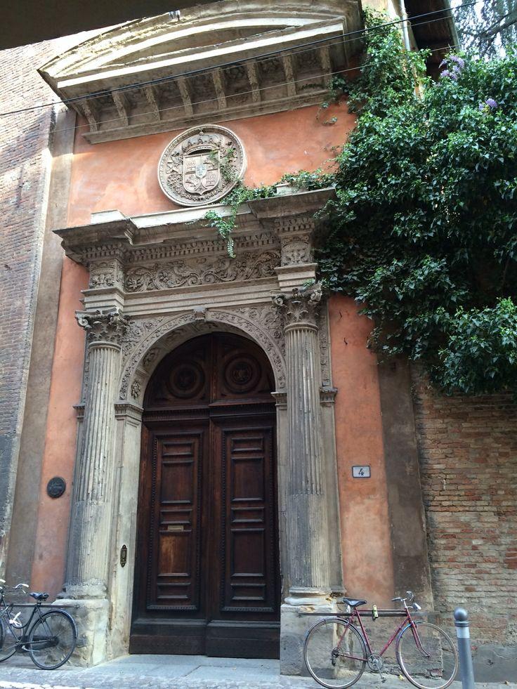 Bologna, entrata al Chiostro del Collegio di Spagna Territorio spagnolo nel cuore di Bologna