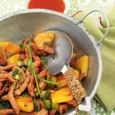 Fruchtig-exotische Wokpfanne: Wer süße Früchte, kombiniert mit Fleisch nicht besonders leiden mag, ersetzt die Ananasstücke einfach durch halbierte Ki...