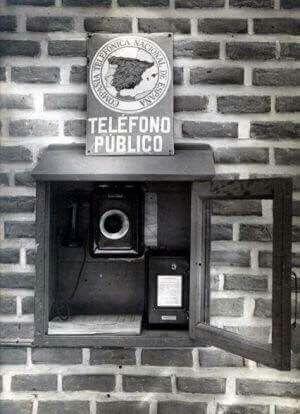El primer teléfono publico de España se instalo en Madrid en 1928 en el Viena Park del Retiro.