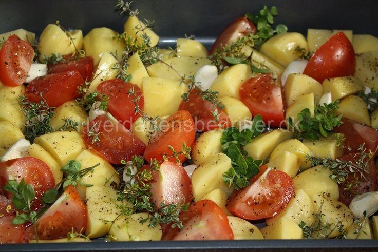 Bagte kartofler med tomater, hvidløg og krydderier.