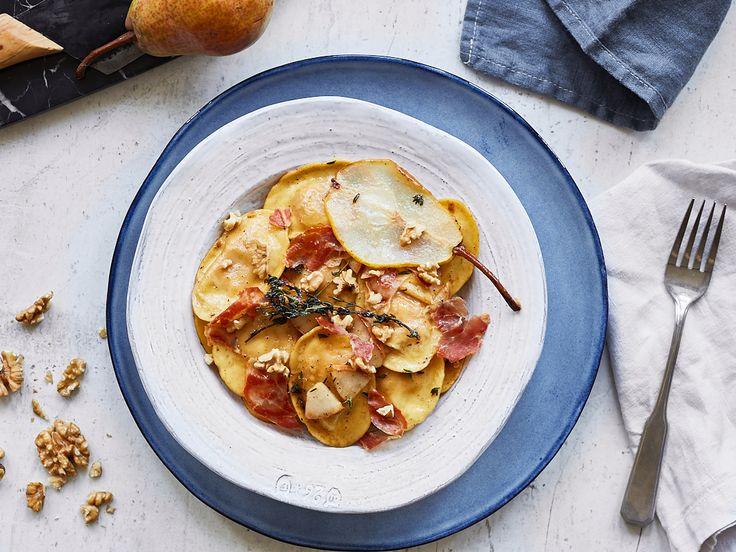 Ravioli mit Birnen, Thymian-Honig-Butter und Prosciutto