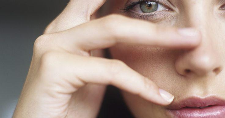 ¿Qué color de cabello queda mejor con los ojos verdes?. Los ojos verdes son un rasgo facial poco común. Se dice que surgieron por primera vez cuando interactuaron dos culturas, como por ejemplo cuando los chinos y los rusos comenzaron a comerciar o cuando los británicos intentaron colonizar África. Cualquiera sea el motivo, los ojos verdes no tienen explicación, son impredecibles y místicos. Combinan ...