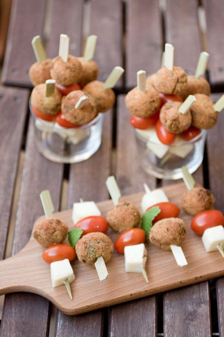 Spiedini di polpette di melanzane!  http://www.chezuppa.it/recipes/view/spiedini-di-polpette-di-melanzane-alla-menta  #aperitivo #ricette #cucinaitaliana #polpette #melanzane #fingerfood