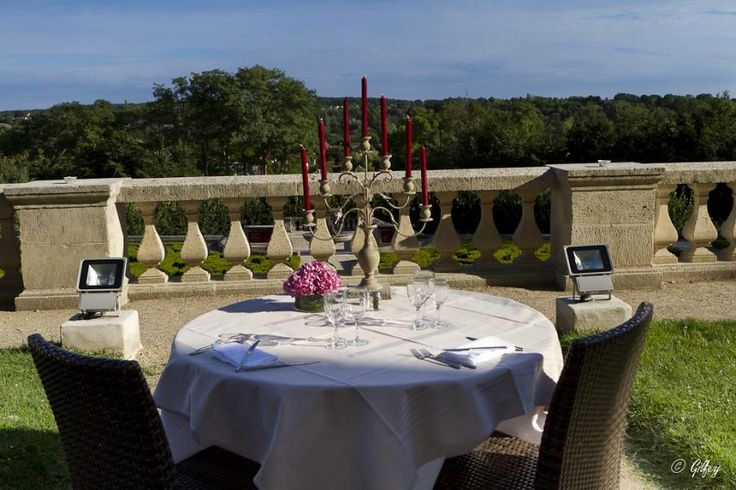 Candles, wonderful view on the landscape painted by the Impressionnists, the feeling to be alone in a castle...all is gathered to spend a nice time.  Enjoy a glass of Champagne just above the Frech gardens of the Château d'Auvers and take time for a gastronomic diner with Tourboks!