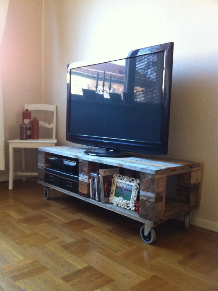 DIY pallet TV stand Omg yes look Jaime this is our wheels