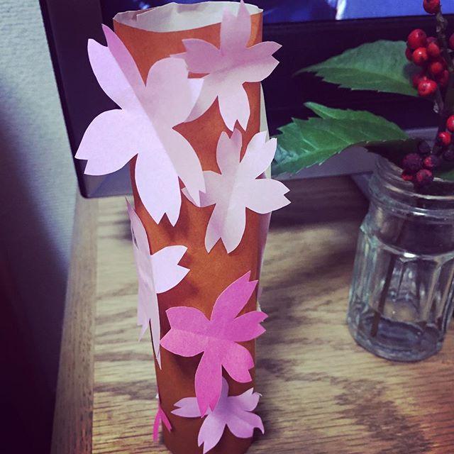 【ukoyano】さんのInstagramをピンしています。 《雨の日は、工作。 少し早いけど、桜の木。 花は私、木を筒状にして、花を貼り付けるアイディアは立夏。共同作品。 #ひらめき #桜 #切り絵》