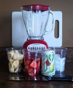Zero-Calorie Slushy: Chops Strawberries, Diet White, Ice Cubes, Bananas Slushies, Bananas 1 2, White Sodas, Diet 7 Up, Strawberries Bananas, Food Drinks