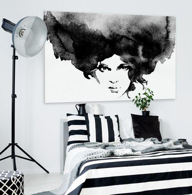 """Pomysły na sypialnię w stylu skandynawskim: biało-czarne wnętrze z biało-czarnym obrazem na płótnie z pięknym portretem """"Burza myśli"""""""