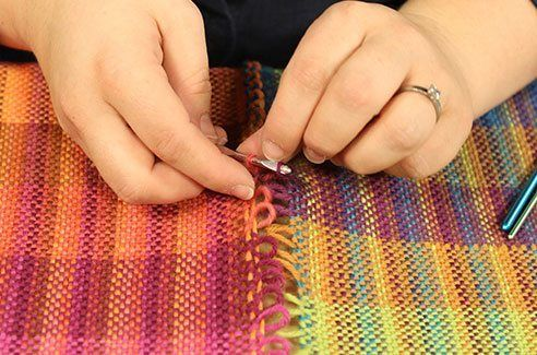 Weave wider than your #rigidheddle loom with this clever technique from Sara Bixler! #weaving