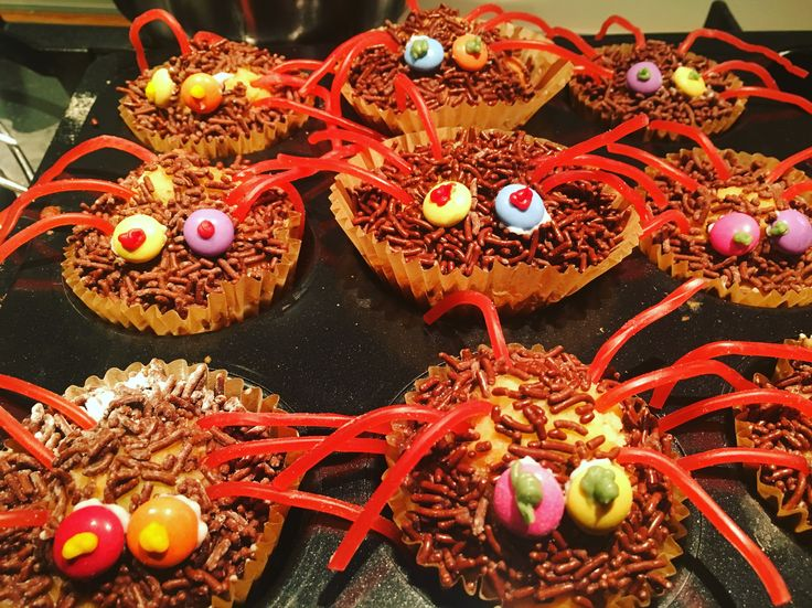 Spinnen cakejes Nodig:  cakejes bakken Dropveters of rode veters Smarties Glazuur stift voor ogen  Glazuur maken van poedersuiker met water of chocolade vloeibaar maken  Hagelslag