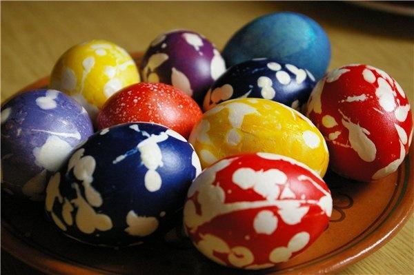 Крапанки.  Крапанки — от украинского слова «крапать», то есть покрывать каплями.    Сначала яйцо красят одним цветом, затем, когда оно высохнет и остынет, на него наносят капли горячего воска. Как только воск остынет, яйцо кладут в раствор другого цвета. После высыхания краски яйцо опускают в горячую воду. Воск тает, и выходит очень забавное яйцо. Воск можно и аккуратно соскоблить.