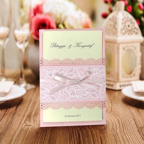 A meghívó kiváló minőségű dekoratív rózsaszín papírból készül.A meghívót csipke hatású lézer vágott minta , fehér csipke és szatén masni díszíti. A betétlap fémes felületű sötét ekrü kívül, belül matt ekrü.  Minimális rendelési mennyiség: 10 db  Boríték: az ár tartalmazza!