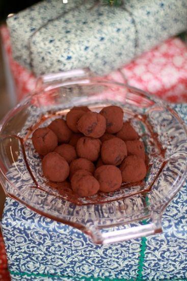 [ Leilas hallon- & chokladtryffel ] 1dl hallonpuré (150g färska el frysta, tinade hallon) / 2msk flytande honung / ½ färsk vaniljstång / 1 dl bra kakao | Mixa hallon, sila bort kärnor. Finhacka choklad, halvsmält den i vattenbad, rör om. Värm upp hallonpuré, vaniljstångsfrön + honung i kastrull. Häll i chokladen, vispa. Tillsätt smör i små klickar, vispa. Om den spricker; fortsätt vispa tills tryffeln går ihop. Häll i låg form, låt stelna i rumstemperatur. Forma kulor, rulla i kakao.