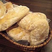 Bröd som påminner om ciabatta - fantastiskt gott och enkelt att baka. Ingen knådning!