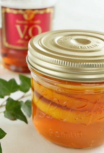 ゆずフルブラ 【ゆずのフルーツブランデー】 <材料> サントリーブランデーV.O・・・1/2本 柚子(少し大きめ)・・・1個 <作り方> 1)ゆずは綺麗に洗って、1cmくらいの輪切りにし、大きな種は取り除いておく。 (ヘタとおしりの部分は、後日フレッシュな状態で使うために避けておく。) 2)綺麗に洗った漬け込み瓶に輪切りのゆずとサントリーブランデーV.Oを入れる。 3)1日以上漬けたら完成です。※3日目頃が一番飲み頃!ゆずピールのレシピはこちら (^^)↓ <材料> ブランデーに漬けた柚子の皮 30g グラニュー糖 30g <作り方> 1)漬け込み瓶から輪切りのゆずを取り出し、薄皮やわた部分はスプーンなどで軽く取り除く。 皮部分だけをみじん切りにする。 2)耐熱容器にみじん切りにした皮とグラニュー糖を入れ、混ぜ合わせる。 3)蓋やラップなどはせず、レンジで3分加熱する。(途中、一度かき混ぜる) 漬け込んだゆずならブランデー効果もあってえぐみなどが少ないので、 通常なら皮だけを茹でるなどの手間もいらないので簡単に出来ることろがGOOD☆