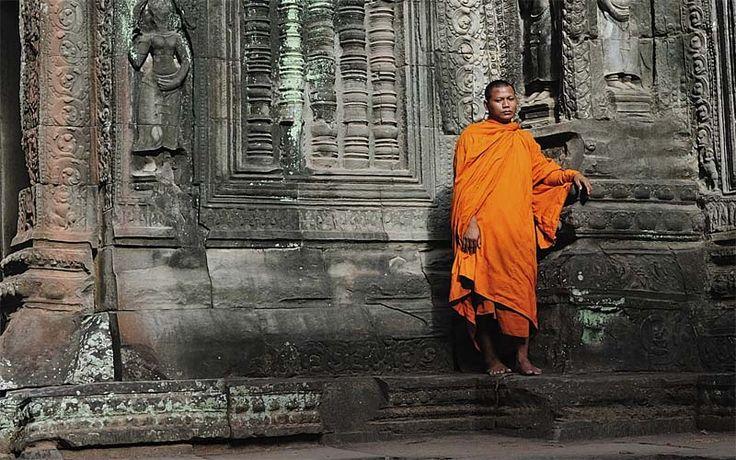 Een monnik in een van de eeuwenoude tempels van Angkor Wat. Ontdek Cambodja nu met Original Asia!
